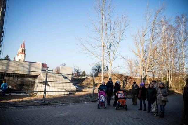 Mieszkańcy szeregówek pokazują drzewa, które chcą ocalić.