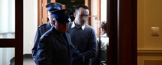 Oskarżony Jarosław O. został doprowadzony na salę rozpraw z aresztu
