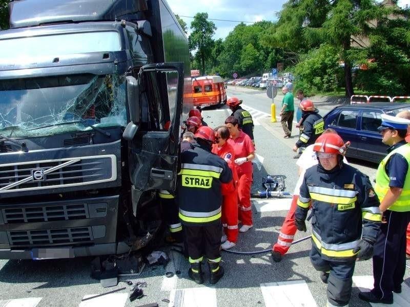 Strażacy musieli przesunąć kolumnę kierowniczą, żeby wyciągnąć kierowcę.