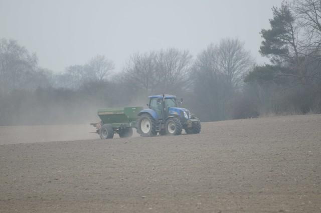 Rolnicy denerwują się, bo dopłat nie ma, a potrzebują pieniędzy na nawozy, nasiona i środki ochrony roślin.