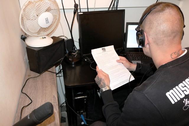 Osadzeni z Zakładu Karnego w Medyce, w ramach zajęć readaptacyjnych, nagrywali bajki dla swoich dzieci.