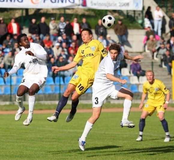 Jacek Magdziński (drugi z lewej) zdobył bramkę dla Floty w ostatnim meczu z Zagłębiem Lubin. Nie wiadomo, czy ten napastnik zostanie w klubie.