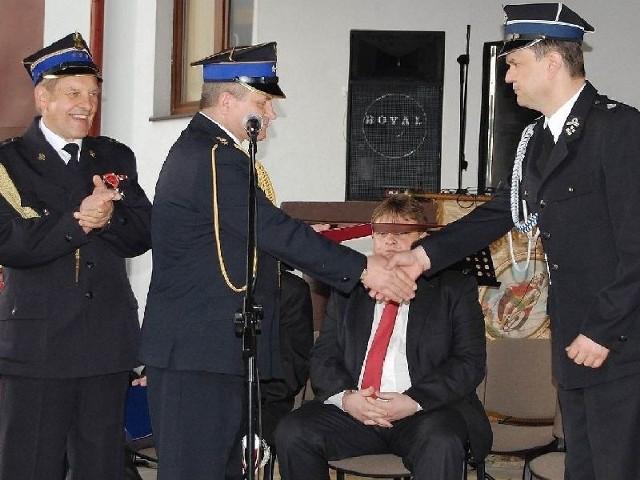 Wójt Sławomir Kowalczyk (z prawej) otrzymał gratulacje od komendanta Kazimierza Zabłotnego.