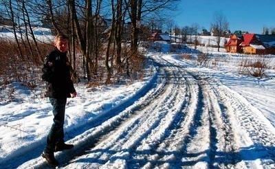 Andrzej Bilan pokazuje drogę, która prowadzi m.in. do jego domu i nie jest odśnieżana. - Pługu nie było tu od czterech dni. Kierowca twierdzi, że nie wolno mu odśnieżać tej drogi - mówi mieszkaniec Hut FOT. ŁUKASZ BOBEK