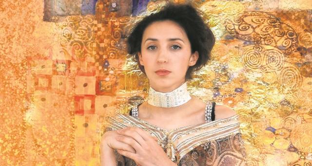 """Miriam Róża Abbas pozuje do fotografii według obrazu """"Portret Adele Bloch Bauer 1"""". Organizatorki sesji podkreślają, że Róży wystarczyło tylko upiąć włosy i już wyglądała jak postać, która właśnie wyszła z płócien Klimta."""
