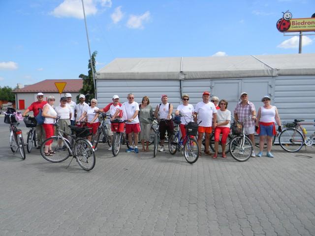 Wyjątkową wymowę miał rajd rowerowy seniorów z Tarnobrzega. Przejechali 100 kilometrów w strojach biało-czerwonych, by uczcić 100-letnią rocznicę odzyskania przez Polskę niepodległości.  Pomysłodawcą i organizatorem jest senior Kuba Żarnowski.POLECAMY TAKŻE:   Nie wiesz, który z modnych kierunków urlopowych wybrać? Ten quiz jest dla ciebie!ZOBACZ TAKŻE: TAK TO BYŁO ewolucja piłkarskich przepisów Źródło: vivi24.pl