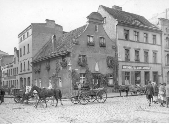 """Historia karczmy w pigułce""""W rogu Rynku Nowomiejskiego przy ul. Ślusarskiej stoi barokowa kamienica mieszcząca najstarszą do dziś czynną toruńską gospodę. Według tradycji została ona założona w 1489 r. przez rodzinę Szalitów. Niektórzy mówią jednak, że wybudowano ją pięć lat wcześniej, bo miał być w niej właśnie sam król Kazimierz Jagiellończyk, a on w Toruniu był ostatni raz w 1485 r. Bywał tu wraz z synami, późniejszymi królami polskimi Janem Olbrachtem i Aleksandrem. W roku 1807 gospodę ponoć odwiedził również cesarz Napoleon Bonaparte. Gospoda słynęła z dobrych miodów, węgrzyna i piwa"""" - czytamy na portalu Toruńskiego Serwisu Turystycznego."""
