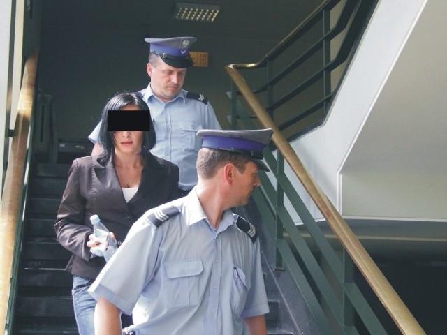 Magdalena B. od marca ub. roku jest tymczasowo aresztowana. Na salę rozpraw trafiła zakuta w kajdanki, w konwoju policyjnym. Dzisiaj ma być rozpatrywany wniosek o uchylenie aresztu.