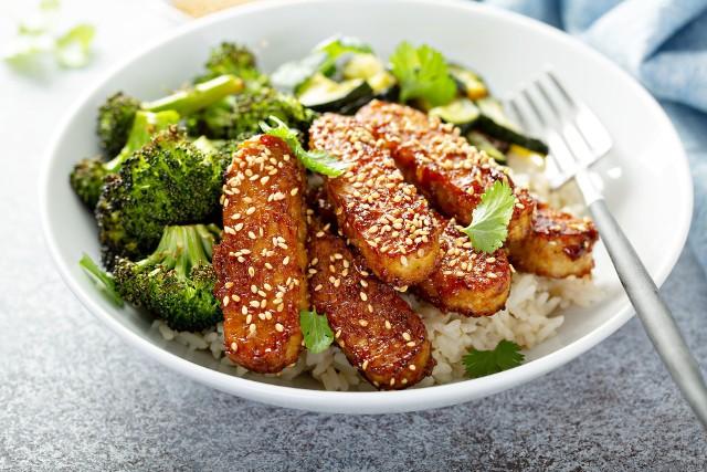 Białko roślinne jest korzystne dla zdrowia i wspiera utrzymanie prawidłowej masy ciała. Według zaleceń powinno być składnikiem codziennej diety. Włączenie do posiłków większej ilości roślinnych źródeł protein nie jest przy tym trudne, jeśli do dyspozycji ma się tyle pysznych produktów.Sprawdź 15 najbardziej polecanych źródeł roślinnego białka, które posmakują nie tylko weganom!Zobacz kolejne slajdy, przesuwając zdjęcia w prawo, naciśnij strzałkę lub przycisk NASTĘPNE.