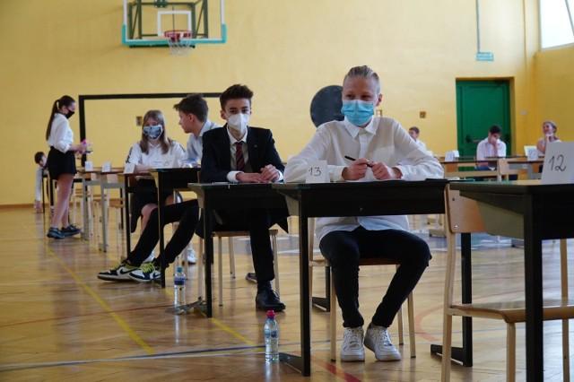 Egzamin próbny ósmoklasisty w 2021 roku - podobnie jak rok temu (na zdjęciu) będzie się odbywać w reżimie sanitarnym.