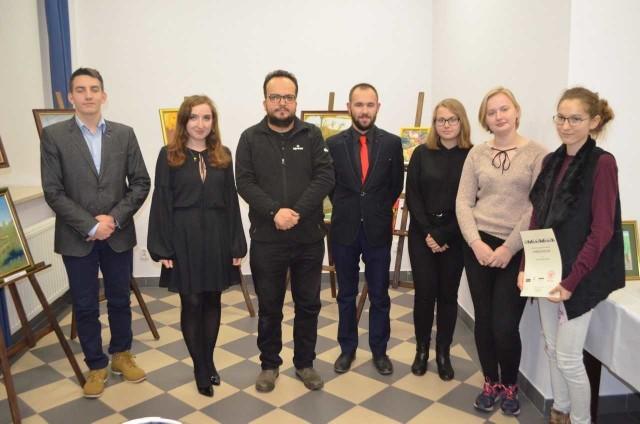 To obecni na spotkaniu laureaci XXI Regionalnego Konkursu Literackiego. W środku Adrian Szary, druga z lewej Katarzyna Jesionek.