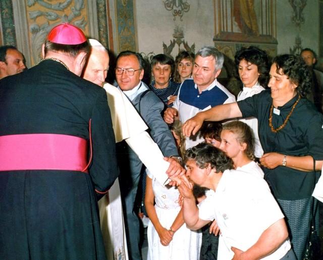 - Dziś po spotkaniach z Ojcem Świętym pozostały mi tylko zdjęcia, slajdy i wspomnienia tych największych chwil w moim życiu. To najpiękniejsze co mogłem dostać - mówi świnoujski fotograf Andrzej Ryfczyński (na zdjęciu w okularach, trzyma papieża za rękę). - Do końca życia zapamiętam jak spojrzał w moje oczy, ten Jego przenikliwy wzrok... To było szczęście, którego zwykły człowiek nie potrafi opisać.