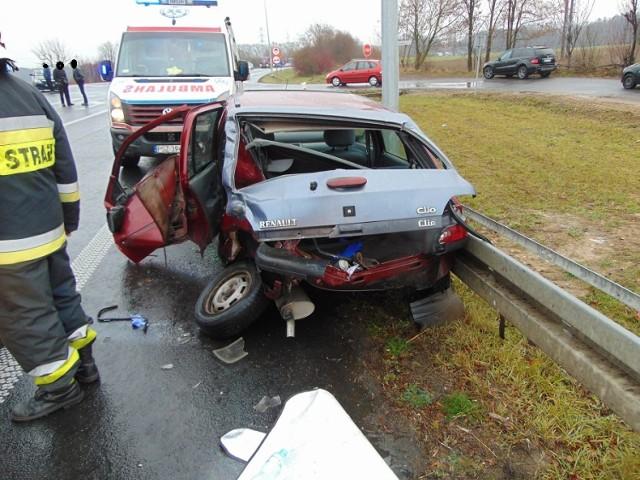 W poniedziałek po południu w miejscowości Karolewice na obwodnicy Pniew doszło do groźnego wypadku z udziałem samochodu osobowego oraz tira. Kierująca osobówką kobieta odniosła poważne obrażenia, dlatego niezwłocznie została przetransportowana do najbliższego szpitala. Zobacz zdjęcia z wypadku -------->