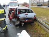 Karolewice: Wypadek na obwodnicy Pniew - osobówka zderzyła się z tirem. Ranna kobieta jest w ciężkim stanie [ZDJĘCIA]