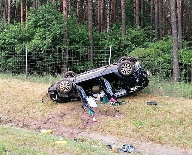 W piątek okolu 4.45 na 235. kilometrze autostrady A4 w kierunku Katowic doszło do zderzenia dwóch pojazdów. - Kierujący oplem 25-latek najechał na tył volkswagena kierowanego przez 46-latka - informują opolscy policjanci. Choć wypadek wyglądał bardzo groźnie - volkswagen dachował - szczęśliwie obyło się bez poszkodowanych. Sprawca kolizji został ukarany mandatem.