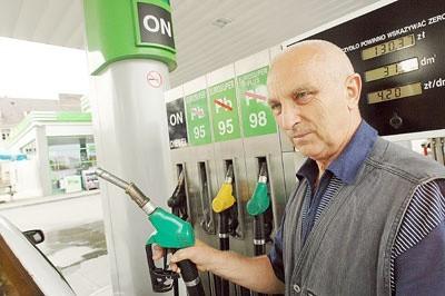 Jerzy Goźdź tankuje na Neo i w Orlenie. - Ceny są strasznie wysokie, dlatego od miesiąca do pracy jeżdżę rowerem - mówi gorzowianin.