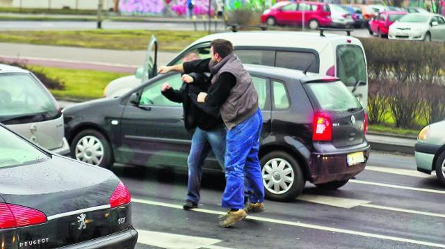 Na naszych drogach coraz częściej dochodzi do przypadków agresji, a nawet rękoczynów. Na szczęście szybko zareagowała policja - na specjalny adres mejlowy można wysyłać nagrania takich zachowań. Agresywni kierowcy będą karani