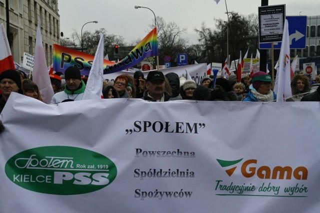 Idąc w kilkutysięcznej grupie  przed budynek Sejmu przedstawiciele PSS Społem nieśli transparenty.