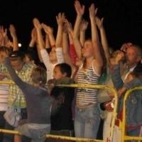 Ełcka publiczność falowała w niedzielny wieczór przy skocznych dźwiękach muzyki disco polo. Były podniesione w górę ręce i oklaski, którymi publiczność żywiołowo nagradzała wykonawców.