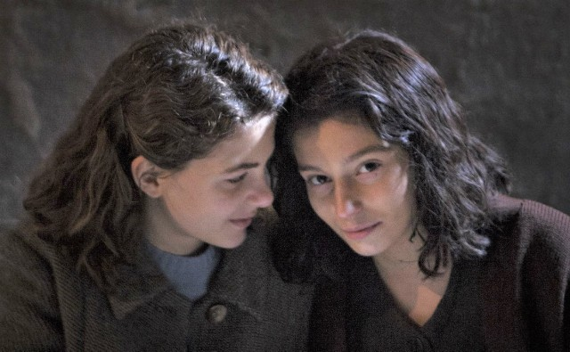 """W serialu """"Genialna przyjaciółka"""" w głównych rolach jako nastolatki występują: Margherita Mazzucco (Elena) i Gaia Girace (Lila) oraz Elisa Del Genio i Ludovica Nasti – bohaterki w dzieciństwie"""