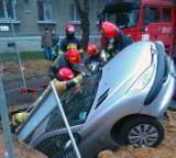 Wypadek na Zarzewskiej w Łodzi. Kierowca wjechał do wykopu w Łodzi. Zobacz zdjęcia! Cofał auto i wpadł do wykopu! ZDJĘCIA