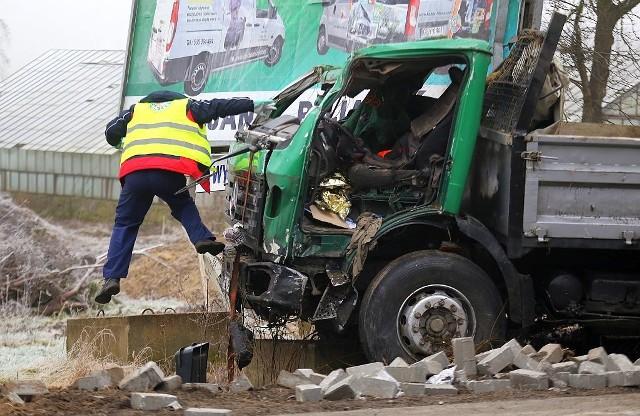 W środę po godz. 11 w Klawkowie na trasie Chojnice - Brusy zderzyły się dwa samochody - ciężarowy jednej z chojnickich firm budowlanych oraz osobowa skoda. Najciężej poszkodowany był kierowca auta ciężarowego, który był zakleszczony w kabinie. Policja ustala przyczyny wypadku. Udział w zdarzeniu brało również osobowe audi.Wypadek w Klawkowie, koło Chojnic