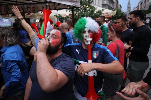 11.07.2021. Kibice na ulicy Mariackiej w Katowicach w czasie finbału Euro 2020 Włochy - Anglia.Zobacz kolejne zdjęcia. Przesuwaj zdjęcia w prawo - naciśnij strzałkę lub przycisk NASTĘPNE