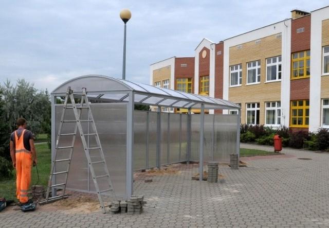 To już drugi etap budowy wiat przy szkołach