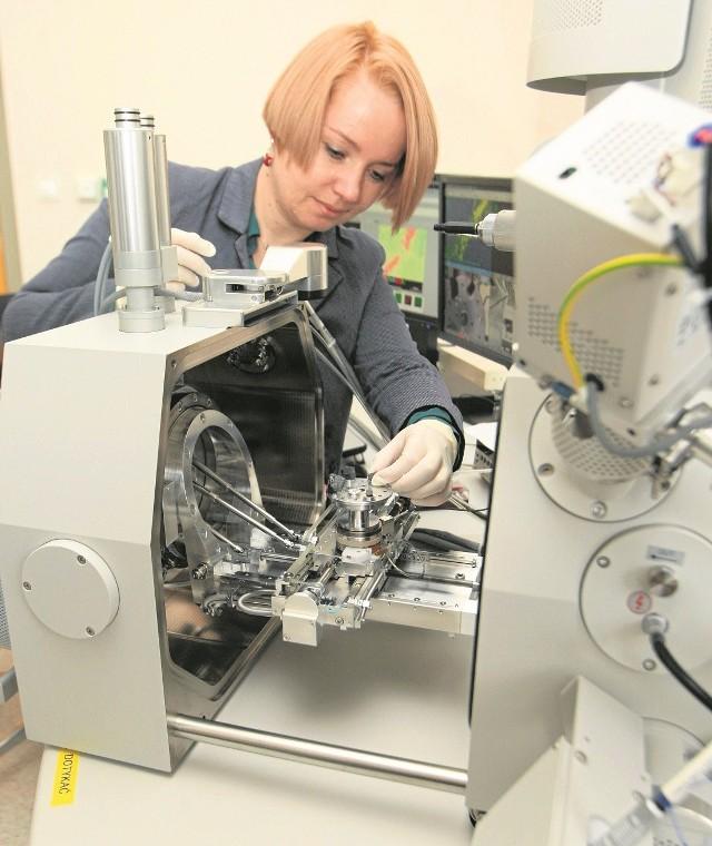 Dr inż. Katarzyna Komorowska analizuje cząstki skał łupkowych