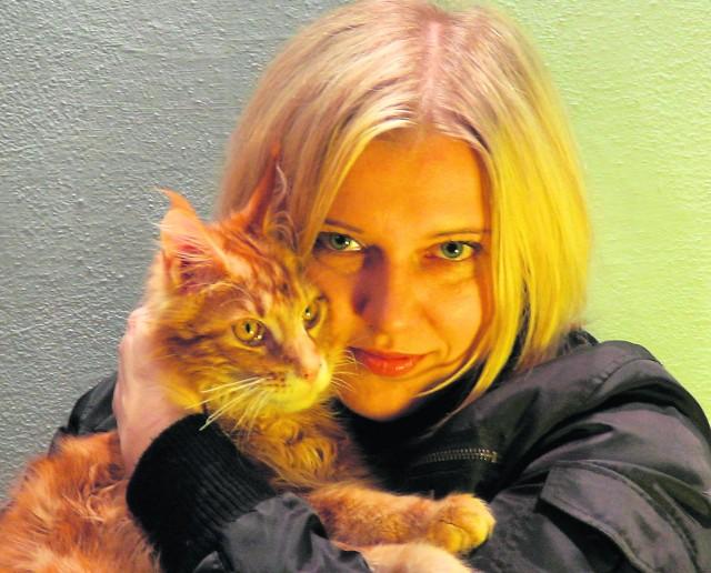 """Madlen Namro jest łodzianką, pisarką, autorką książek science-fiction, tłumaczonych m.in. na język angielski, francuski, włoski, niemiecki, rosyjski (m.in. trylogia """"Komandosi"""", """"Tropiciele"""", """"Selekcjonerzy"""", opublikowane w Londynie opowiadania dla młodzieży """"Rainbow Stories""""  oraz  """"Czarna perła""""). Madlen Namro współpracuje też z Mindscape Magazine. Swoją pierwszą książkę napisała jako... dziewięciolatka."""