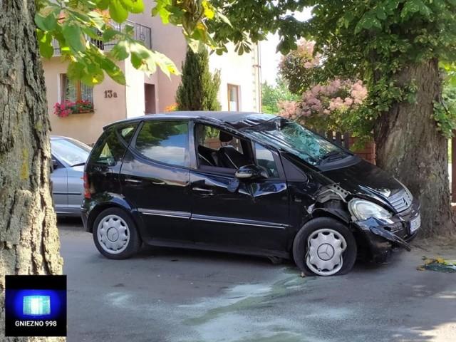 W niedzielne popołudnie gnieźnieńskie służby otrzymały zgłoszenie o dachowaniu samochodu na ul. Ludwiczaka.Przejdź do kolejnego zdjęcia --->