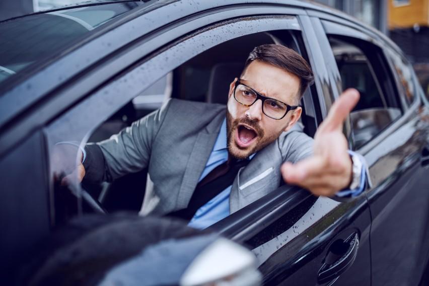 Jakie są najgłupsze zachowania kierowców? Niestety najczęściej są one połączeniem braku znajomości przepisów lub lekceważącego podejścia do nich oraz brakiem wyobraźni. W najlepszym wypadku można zarobić mandat i kilka punktów karnych, ale całość może skończyć się dużo gorzej. Zobacz w naszej galerii, jakich zachowań na drodze lepiej się wystrzegać żeby nie tworzyć zagrożenia dla ruchu drogowego!Przesuwaj zdjęcia w prawo - naciśnij strzałkę lub przycisk NASTĘPNE