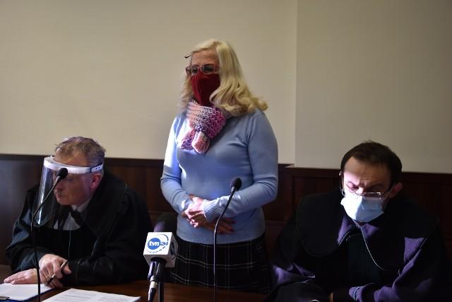 Policja zarzuciła opolance, że ta naruszyła przepisy porządkowe, dotyczące zakazu organizowania zgromadzeń. Grozi za to kara grzywny do 500 złotych lub nagana. Chodzi o wydarzenia, jakie rozegrały się 3 maja 2020 roku w Opolu, czyli w rocznicę uchwalenia Konstytucji 3 Maja. Sprawa znalazła finał przed Sądem Rejonowym w Opolu. Pierwsza rozprawa odbyła się pod koniec listopada.