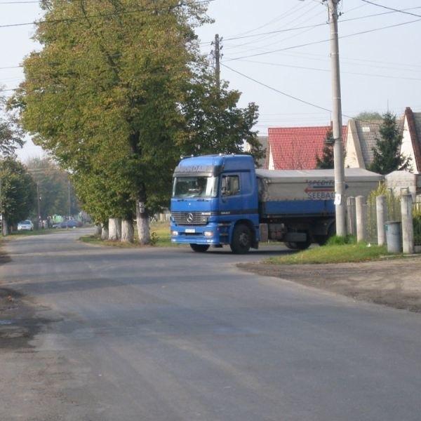 Drogowskaz jednak w tym miejscu łatwo przegapić, zwłaszcza gdy zasłoni go np. duża ciężarówka...