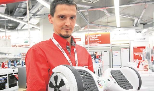 Wojtek Spychalski prezentuje jeździk hoverboard, tegoroczną nowość.
