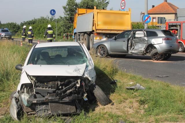 Zderzyły się dwa samochody osobowe oraz jeden ciężarowy. Pojazdami podróżowało pięć osób, z czego trzy osoby - w tym matka z dwójką dzieci - zostały poszkodowane.Przejdź do kolejnego zdjęcia --->