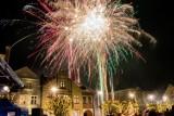 Jak pucczanie i ich goście witali Nowy Rok 2020 na Starym Rynku w Pucku [zdjęcia]