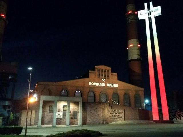 Pomnik krzyż przy kopalni Wujek z nową iluminacją