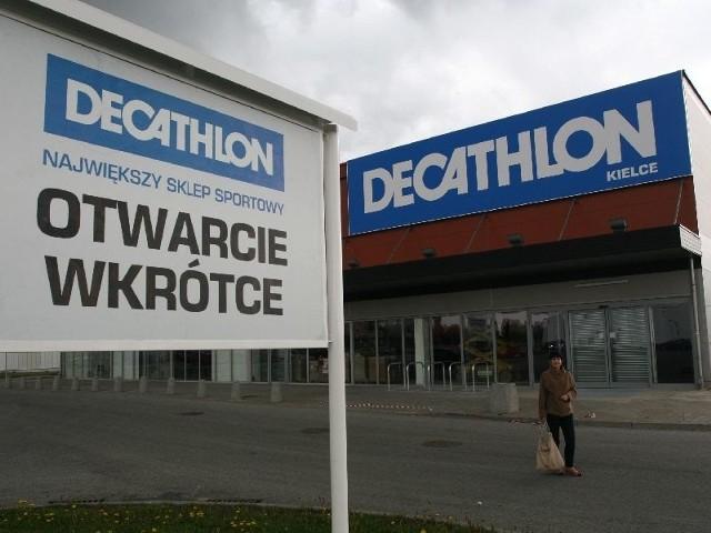 Decathlon wkrótce w KielcachNa osiedlu Świętokrzyskim w Kielcach, obok Reala, w miejscu, gdzie do jesieni ubiegłego roku mieściło się Chińskie Centrum Handlowe, za niecały miesiąc wprowadzi się znana sieć sklepów sportowych Decathlon. Remont jest na ukończeniu.