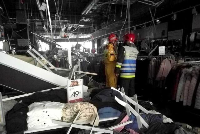 Do zawalenia się sufitu o wymiarach około 40 na 50 metrów doszło na pierwszym piętrze galerii. Administrator obiektu podjął decyzję o ewakuacji galerii i hotelu. O zdarzeniu  powiadomili nas nasi internauci. - Około godziny 11 w jednym ze sklepów na 1 piętrze z niewiadomych przyczyn zawaliła się konstrukcja sufitu. Całość spadła na znajdujące się w środku osoby. Uszkodzenia spowodowały pęknięcie instalacji wodnej i sklep został w większości zalany. Obecnie na miejscu pracują strażacy, policja i służby medyczne. Cała galeria została ewakuowana. W momencie zdarzenia znajdowałem się przed wejściem i tam pomagałem wydobywać ludzi w tym swoją żonę która też była w środku. - napisał do nas internauta. Dyżurny PSP w Rzeszowie potwierdził nam, że w jednym ze sklepów w Galerii Rzeszów zawalił się podwieszany sufit. Na miejscu pracuje 7 zastępów straży pożarnej. Podjęta została decyzja o ewakuacji ludzi z galerii. Ze wstępnych informacji wynika, że 4 osoby ucierpiały. Nie ma ofiar śmiertelnych.          Aktualizacja, godz. 12.19Jak podaje policja, 7 osób zostało rannych, wstępnie - bez zagrożeń życia. Poszkodowanych zostało 5 kobiet i dwóch mężczyzn. Aktualizacja, godz. 13.17- Po godz. 13.00 zakończono ewakuację galerii. 6 osób z 7 poszkodowanych zostało przewiezionych do szpitala. - informuje policja. Aktualizacja, godz. 13.42- Powierzchnia zawalonego sufitu podwieszanego to około 200 metrów kwadratowych. Gdy konstrukcja runęła, w obrębie sklepu było około 50 osób. 7 osób zostało poszkodowanych. Były to obrażenia głowy. Jedna z osób prawdopodobnie uskarżała się na bóle kręgosłupa - mówi bryg. Tomasz Baran, komendant miejski Państwowej Straży Pożarnej w Rzeszowie. Strażacy tłumaczą, że nie był to sufit podwieszany z płyt gipsowo - kartonowych, lecz stalowa kratownica.  Gdy strażacy dojechali na miejsce, odcięli w galerii, gaz, wodę i prąd. - Było to spowodowane tym, że zawalający się sufit doprowadził do włączenia się instalacji tryskaczowej - tłumaczy komendant. - Woda wycie
