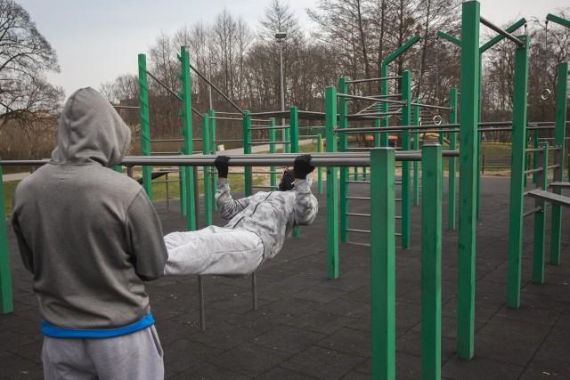 Ćwiczący mężczyźni korzystali z siłowni, która nie miała już zabezpieczeń.
