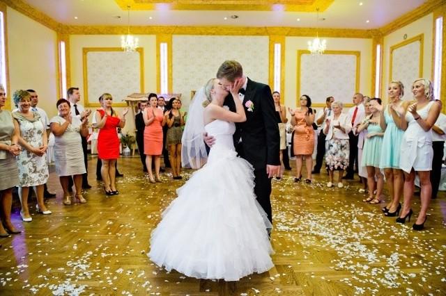 Kamila i Daniel byli przezorni. Uroczystości weselne zaczęli organizować z wyprzedzeniem, więc nie musieli nikomu płacić za termin.