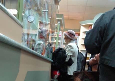 Nie tylko emeryci czy renciści proszą aptekarzy o sprzedaż lekarstw na raty. Problemy z zapłatą za drogie farmaceutyki mają także często młode osoby.