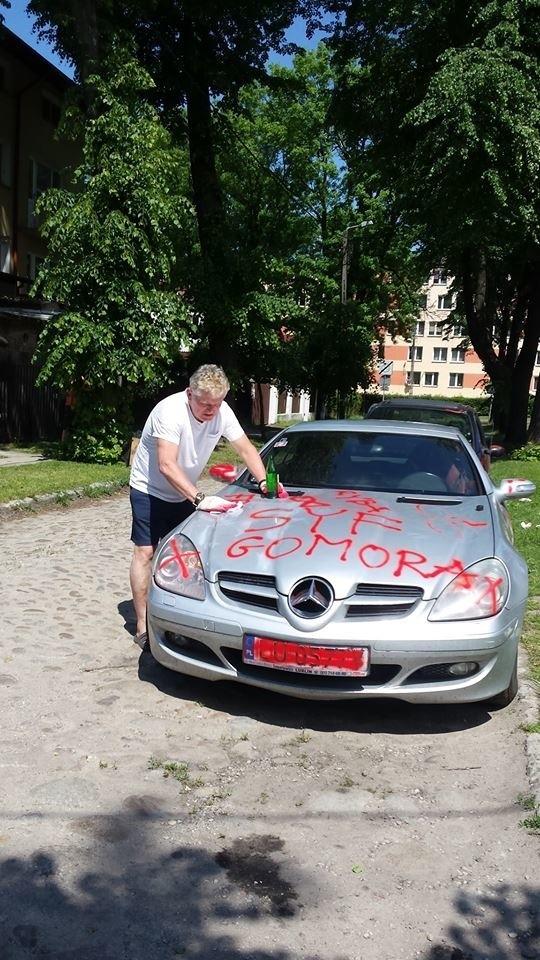 Panu Zbigniewowi raz udało się usunąć napisy z auta. Ale po dwóch dniach one znowu się pojawiły