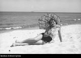 Nagie uda, ramiona na plaży. 100 lat temu pojawiły się skąpe stroje kąpielowe. Były wyzywające nim pojawiło się bikini. Zobaczcie zdjęcia