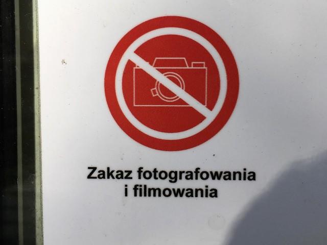 Zakaz fotografowania i filmowania. Zakaz nie dotyczy fotografowania produktów oraz ich cen. - taki zakaz pojawił się w sklepach sieci Biedronka.