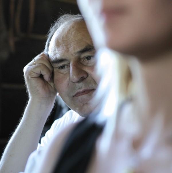"""Sokrat Janowicz jest uznanym pisarzem białoruskim, mieszkającym w Polsce. W roku 1970 wyrzucony z PZPR i """"Niwy"""". Przez """"wilczy bilet"""" przez 30 lat nie miał stałej pracy. W 1981 założył opozycyjne Białoruskie Wydawnictwo Niezależne. W 1989 kandydował jako przedstawiciel mniejszości do Senatu RP."""