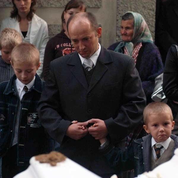 Piotrusia i Pawełka na cmentarzu z Bliznem pożegnali najbliżsi: tato i dwaj starsi bracia. Zabrakło mamy, od wypadku leży w brzozowskim szpitalu z ciężkimi złamaniami.