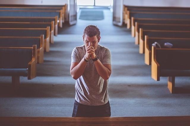 Młodzi Polacy są mniej religijni od starszego pokolenia. Dowiedz się więcej!