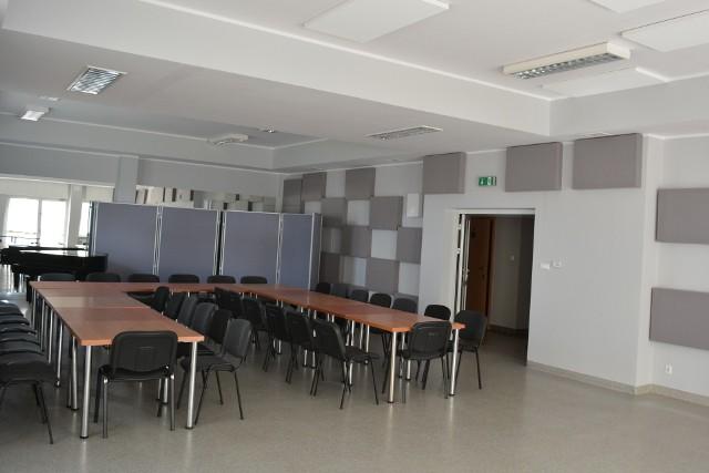 Nowoczesna sala w Gminnym Centrum Kultury i Promocji w Kobylnicy.